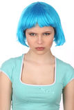 有调查照相机的蓝色头发的严肃的女孩 关闭 奶油被装载的饼干 免版税库存图片