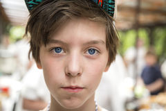 有调查照相机的basecap的年轻男孩 图库摄影