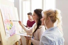 有调色板和画架的艺术家在艺术学校 免版税图库摄影