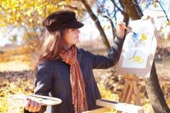 有调色板在手中剪影的女孩在纸 免版税图库摄影