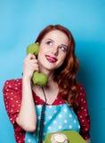 有谈话由电话和拿着的手机主妇 库存照片