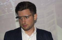 有谷歌玻璃的年轻男孩在面孔 免版税库存图片