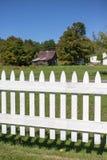 有谷仓的尖桩篱栅 库存照片