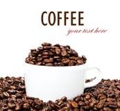 有豆特写镜头的咖啡杯。咖啡背景或纹理(机智 免版税库存照片