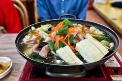 有豆腐的传统韩国热的罐 库存照片