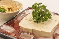 有豆腐的红色板材在冰和姜 免版税库存照片
