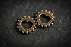 有象征一个浪漫关系的心脏的钝齿轮 库存图片