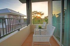 有豪华房子白色椅子和桌的阳台  免版税库存图片