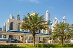 有豪华摩天大楼和充分地自动化的地铁的,阿联酋迪拜小游艇船坞 库存图片