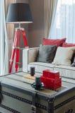 有豪华沙发的现代黑和红色灯在豪华客厅 库存照片