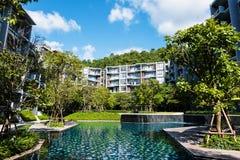 有豪华游泳池的现代公寓房 库存图片