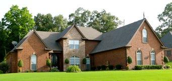 有豪华的绿色草坪的美好的郊区家 库存照片