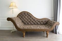 有豪华神色的布朗沙发 免版税库存照片