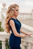 有豪华金发的美丽的性感的妇女在典雅的衣服 免版税库存图片