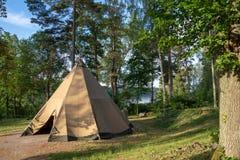 有豪华glamping的内部的一个大传统圆锥形帐蓬帐篷为室外冒险家提供供选择,但是舒适的住所 免版税图库摄影