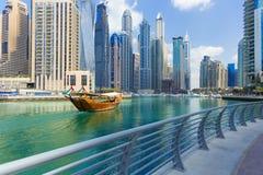 有豪华skycrapers和小船的,迪拜,团结的Arad酋长管辖区迪拜小游艇船坞 免版税库存照片