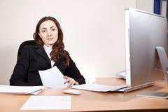 有财政报告的女实业家在办公室 免版税库存照片