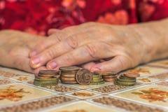 有财政问题的老妇人 免版税库存照片