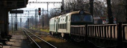 有货物支架的两个电货物机车ET22在Cesky Tesin在Czechia 免版税库存照片