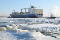 有货物的一艘巨大的船 免版税库存照片