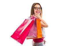 有购物带来的微笑的少年妇女 免版税库存图片