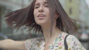 有购物带来的画象无忧无虑的美丽的年轻女人佩带的夏天礼服在设法的手上乘坐在的出租汽车 股票视频