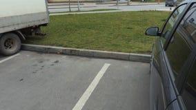 有购物的台车的妇女在汽车附近 影视素材