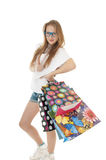 有购物礼品袋子的女孩。 免版税图库摄影