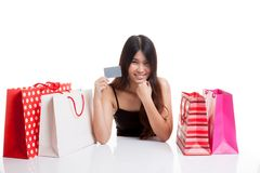 有购物袋和空插件的年轻亚裔妇女 库存照片