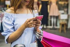 有购物袋的少妇在商店 免版税库存照片