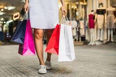 有购物袋的少妇在商店 库存照片
