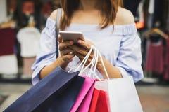有购物袋的少妇在商店 库存图片