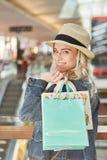 有购物袋的少年有乐趣购物 免版税库存图片