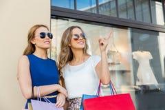 有购物袋的愉快的妇女在店面 免版税库存图片