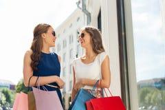 有购物袋的愉快的妇女在店面 免版税库存照片