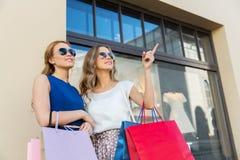 有购物袋的愉快的妇女在店面 库存照片