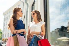 有购物袋的愉快的妇女在店面 库存图片