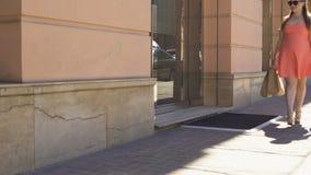 有购物袋的身体正面超重少妇走的城市街道 股票录像