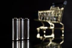 有购物车的使用的AA电池 免版税图库摄影