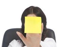 有贴纸附注的妇女 免版税库存照片