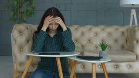 有费用的沮丧的妇女在家开收据 影视素材