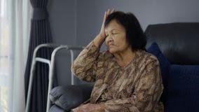 有资深的妇女头疼 股票录像