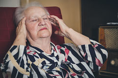 有资深的妇女头疼 免版税图库摄影