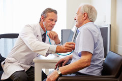 有资深的患者与In Office医生的身体检查 免版税库存图片
