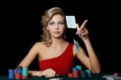 有赌博娱乐场芯片的美丽的妇女 库存图片