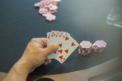 有赌博娱乐场芯片的一个人 库存图片