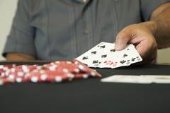 有赌博娱乐场芯片的一个人 免版税库存照片