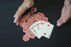 有赌博娱乐场芯片的一个人 库存照片
