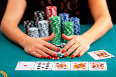 有赌博的芯片的少妇 免版税图库摄影