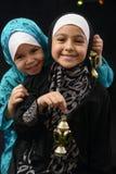 有赖买丹月灯笼的愉快的年轻回教女孩 库存照片